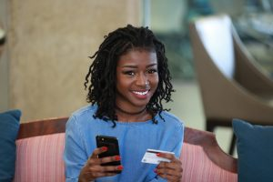femme qui achete en ligne sur AXIMÈ   le marché plus près de vous